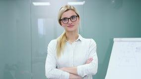 Młoda kobieta psycholog przygotowywa nagrywać jej prezentację z flipchart przed kamerą zbiory