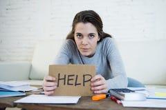 Młoda kobieta pyta dla pomocy cierpienia stresu robi domowym księgowości papierkowej roboty rachunkom zdjęcia stock
