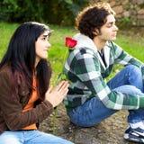 Młoda kobieta pyta dla przebaczenia gniewny chłopak Zdjęcie Royalty Free