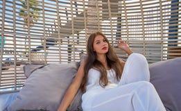 Młoda kobieta relaksująca w plażowym hamaku Fotografia Stock
