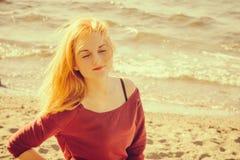 Młoda Kobieta relaksujący plenerowy styl życia Zdjęcia Stock