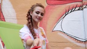 Młoda kobieta relaksuje, bawić się z nowożytną popularną ręki zabawką outdoors, kądziołka przędzalnictwo w zwolnionym tempie, wir zdjęcie wideo