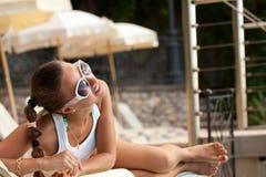 Młoda kobieta relaksuje blisko pływackiego basenu fotografia royalty free
