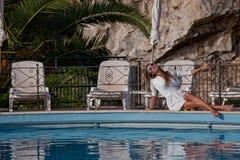 Młoda kobieta relaksuje blisko pływackiego basenu zdjęcie stock