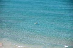 Młoda kobieta relaksuje na błękitnej przejrzystej morze powierzchni, cieszy się wakacje, unosi się w krysztale - jasna woda obrazy royalty free