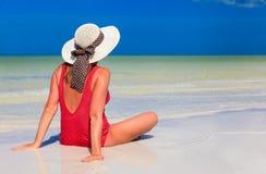 Młoda kobieta relaksuje na lato plaży Zdjęcia Royalty Free
