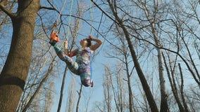 Młoda kobieta relaksuje na wiszących arkanach outdoors zbiory wideo
