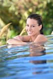 Młoda kobieta relaksuje w pływackim basenie Fotografia Stock