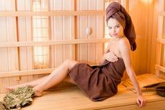 Młoda kobieta relaksuje w sauna ubierał w ręczniku Wnętrze nowy Fiński sauna, infrared panel dla medycznego Fotografia Royalty Free