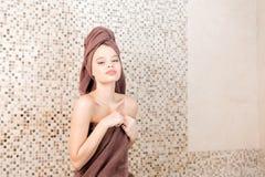 Młoda kobieta relaksuje w sauna ubierał w ręczniku Wnętrze nowy Fiński sauna, infrared panel dla medycznego Obraz Stock