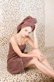 Młoda kobieta relaksuje w sauna ubierał w ręczniku Wnętrze nowy Fiński sauna, infrared panel dla medycznego Zdjęcia Stock