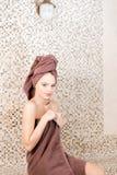 Młoda kobieta relaksuje w sauna ubierał w ręczniku Wnętrze nowy Fiński sauna, infrared panel dla medycznego Obrazy Stock