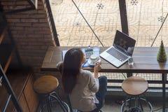 Młoda kobieta relaksuje z filiżanką kawy Obrazy Royalty Free