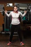 Młoda Kobieta Robi ćwiczenia Barbell kucnięciu Zdjęcia Stock