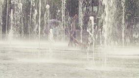 Młoda kobieta robi bridżowemu ćwiczeniu wśrodku fontanny zdjęcie wideo