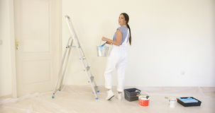 Młoda kobieta robi DIY odświeżaniom zdjęcie royalty free