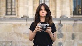 Młoda kobieta robi fotografii rewinding ekranową kamerę na tle starzy budynki w Paryż zbiory