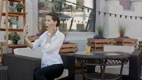 Młoda kobieta robi jaźń portretowi używać smartphone Dziewczyna robi selfie Kobieta w kawiarni Kobieta Samotnie jaźń portret w ka Zdjęcia Royalty Free