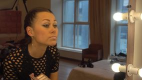 Młoda kobieta robi jej makeu zbiory wideo