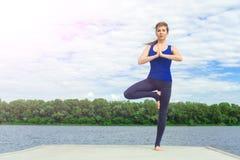 Młoda kobieta robi joga ćwiczeniu na macie 21 Obrazy Stock