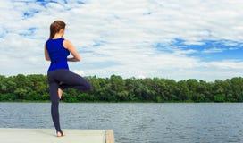 Młoda kobieta robi joga ćwiczeniu na macie 23 Fotografia Royalty Free