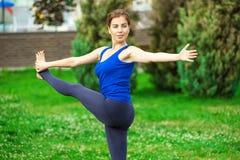 Młoda kobieta robi joga ćwiczeniu na macie 23 Obrazy Stock
