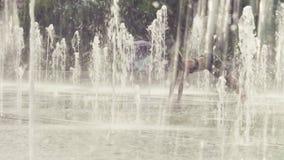 Młoda kobieta robi joga ćwiczy wśrodku fontanny zbiory wideo