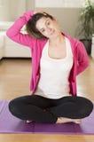 Młoda kobieta robi joga rozciąga ćwiczenie Zdjęcie Royalty Free
