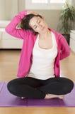 Młoda kobieta robi joga rozciąga ćwiczenie Obraz Royalty Free