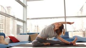 Młoda kobieta robi joga w studiu zbiory wideo