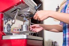 Młoda kobieta robi kawie obrazy stock