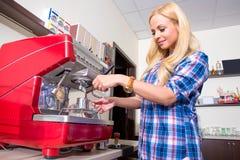 Młoda kobieta robi kawie zdjęcia royalty free