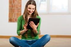 Młoda kobieta robi online datowanie Zdjęcie Royalty Free