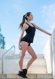 Młoda kobieta robi sportom ćwiczy w parku fotografia stock