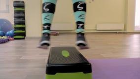 Młoda kobieta robi sprawności fizycznej indoors, robić rozciąganiu dziewczyna trząść prasy zdrowy styl życia i sporty Kamera ruch zdjęcie wideo