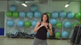 Młoda kobieta robi Ups przed trenować w gym koncepcja kulowego fitness pilates złagodzenie fizycznej zdjęcie wideo