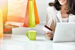 Młoda kobieta robi zakupy online z kredytową kartą, Online rozkazywać Obrazy Royalty Free