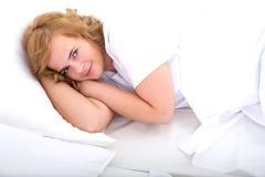 Młoda kobieta rozochocona w łóżku obraz royalty free
