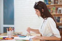 Młoda kobieta rysunek z kompasami w ręce zdjęcia royalty free
