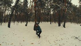 Młoda kobieta rzuca snowball ciupnięcia kamery zwolnione tempo zdjęcie wideo