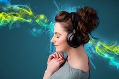 Młoda kobieta słucha muzyka z hełmofonami obrazy royalty free