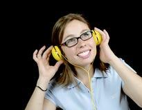 Młoda kobieta słucha muzyka z hełmofonem obrazy royalty free