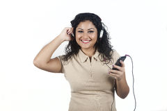Młoda kobieta słucha muzyka z wiszącą ozdobą Zdjęcie Royalty Free