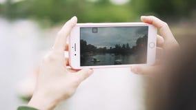 Młoda kobieta s wręcza z smartphone filmuje wideo na rzece zbiory