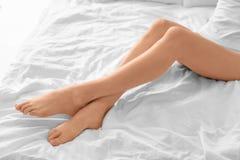 Młoda kobieta seansu gładka silky skóra po epilaci zdjęcia stock