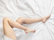Młoda kobieta seansu gładka silky skóra po epilaci na łóżku w domu zdjęcie royalty free