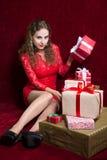 Młoda kobieta siedzi na podłoga z prezentów pudełkami Obraz Stock