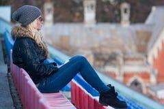 Młoda kobieta siedzi z filiżanki kawą plenerową Zdjęcie Royalty Free