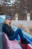 Młoda kobieta siedzi z filiżanki kawą plenerową Obraz Royalty Free