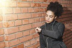 Młoda kobieta sprawdza aktywność tropiciela Obraz Royalty Free